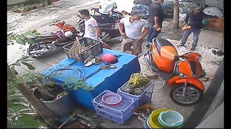 "Clip: Giang ho doi ""mua gach"" vao nha dan o quan Binh Thanh - Anh 2"