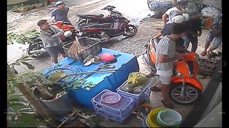 "Clip: Giang ho doi ""mua gach"" vao nha dan o quan Binh Thanh - Anh 3"