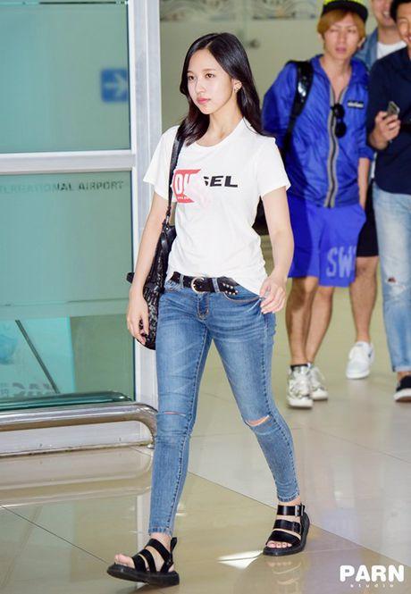 Twice do style cung dan sao chat lu nha SM o san bay - Anh 3