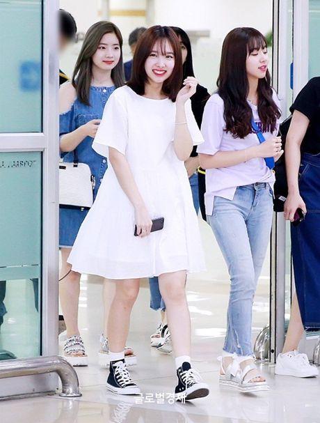 Twice do style cung dan sao chat lu nha SM o san bay - Anh 4