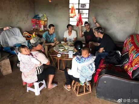 """Het thoi, Mac Thieu Thong cua """"Hoang Phi Hong"""" di hat dao, ve que trong che - Anh 3"""