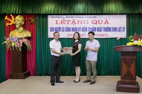 Tap chi Tai chinh tham va tang qua nguoi co cong tai Hai Duong - Anh 1