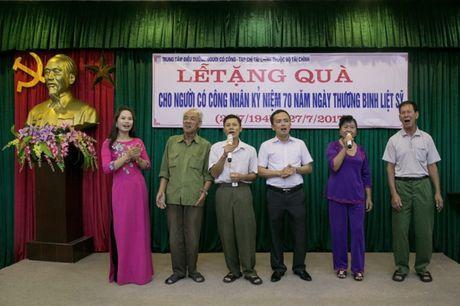 Tap chi Tai chinh tham va tang qua nguoi co cong tai Hai Duong - Anh 2