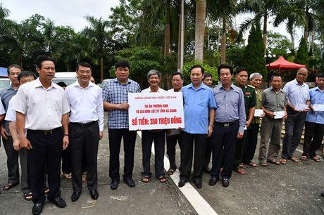 Vietcombank danh 400 trieu dong tang qua thuong binh liet sy - Anh 2