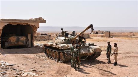 Dung do du doi voi IS o Raqqa, quan doi Syria chiem them mo dau - Anh 1