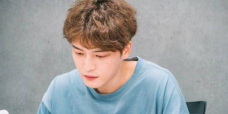 Soc: Jaejoong (JYJ) tu lay manh vo chai rach ngon tay trong khi dang quay bo phim moi - Anh 1