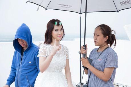 Jang Mi lieu minh ngoi tren lan can san thuong tang 26 de thuc hien MV - Anh 10