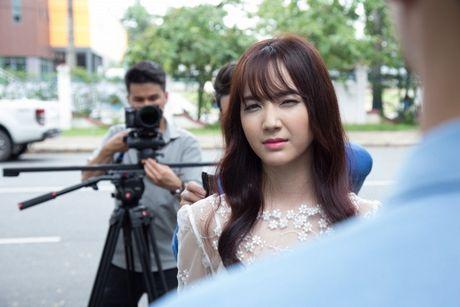 Jang Mi lieu minh ngoi tren lan can san thuong tang 26 de thuc hien MV - Anh 11