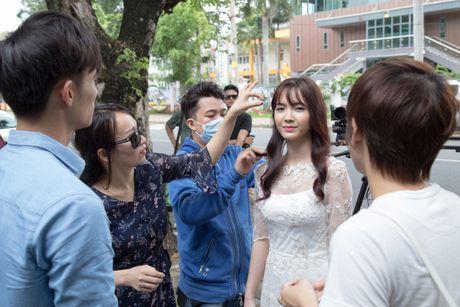 Jang Mi lieu minh ngoi tren lan can san thuong tang 26 de thuc hien MV - Anh 12