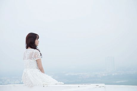 Jang Mi lieu minh ngoi tren lan can san thuong tang 26 de thuc hien MV - Anh 1