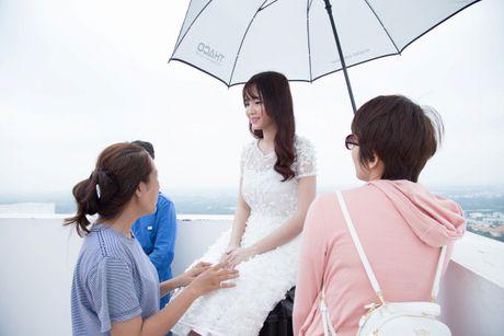 Jang Mi lieu minh ngoi tren lan can san thuong tang 26 de thuc hien MV - Anh 7