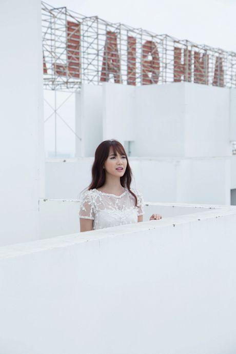Jang Mi lieu minh ngoi tren lan can san thuong tang 26 de thuc hien MV - Anh 9