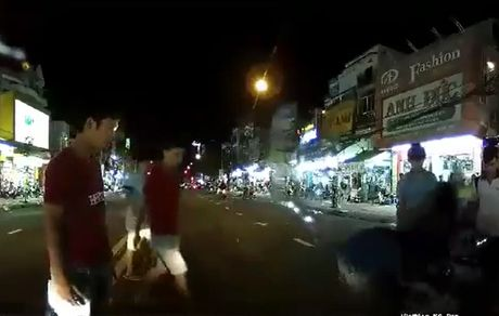 Clip: Nguoi dan ong say xin bi 'hoi cua' sau tai nan - Anh 1