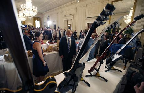 Ong Trump ngoi xe cuu hoa, keu goi dung hang noi - Anh 8