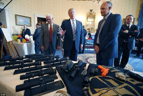 Ong Trump ngoi xe cuu hoa, keu goi dung hang noi - Anh 9