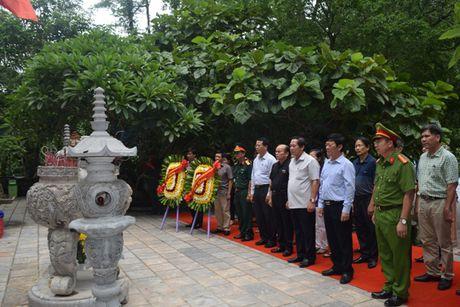 Bo truong Truong Minh Tuan tang qua cac gia dinh chinh sach - Anh 1