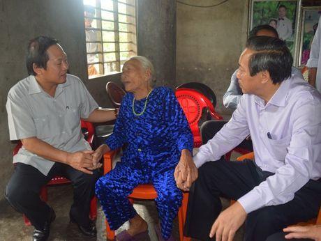 Bo truong Truong Minh Tuan tang qua cac gia dinh chinh sach - Anh 2