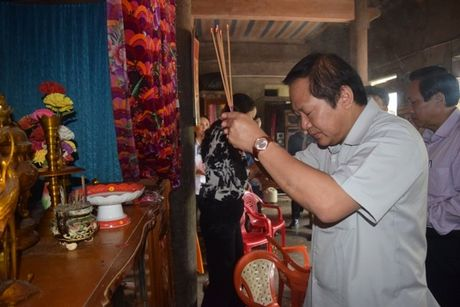 Bo truong Truong Minh Tuan tang qua cac gia dinh chinh sach - Anh 3