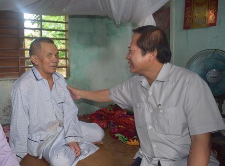 Bo truong Truong Minh Tuan tang qua cac gia dinh chinh sach - Anh 4
