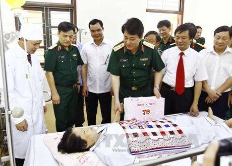 Thuong tuong Luong Cuong tham, tang qua Trung tam Dieu duong thuong binh Duy Tien - Anh 1
