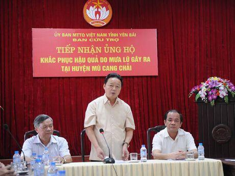 Bo truong Bo TNMT khao sat va ho tro nhan dan vung lu phia Bac - Anh 1