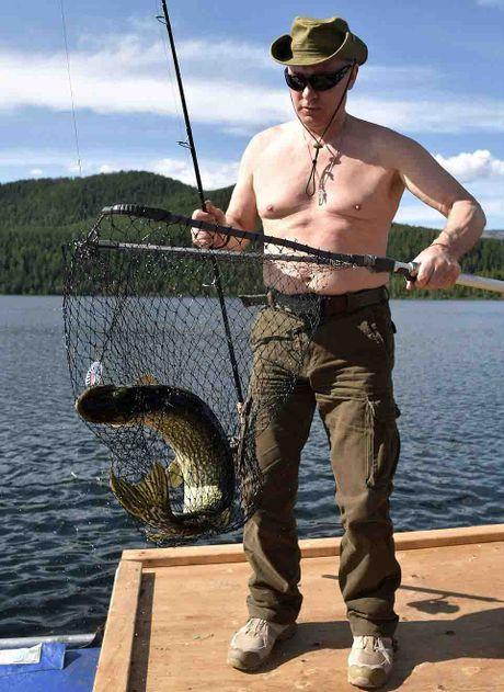Tong thong Putin coi tran, hoa minh voi thien nhien trong ky nghi he - Anh 3