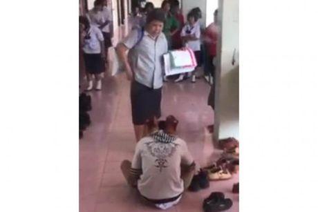 Thai Lan: Giao vien bat hoc sinh lay giay - Anh 1