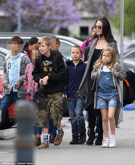 Brad Pitt buon ba khi Angelina Jolie khong moi toi du tiec sinh nhat cua cau ca Maddox - Anh 2