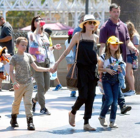 Brad Pitt buon ba khi Angelina Jolie khong moi toi du tiec sinh nhat cua cau ca Maddox - Anh 3