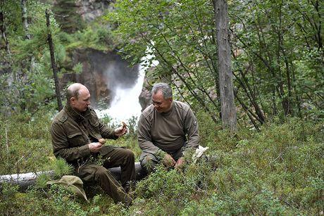 Tong thong Putin lam cong dong mang soi suc khi minh tran cau ca o Siberia - Anh 8