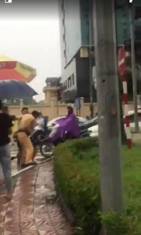 Vi pham giao thong, tai xe o to dung gay hanh hung CSGT - Anh 1