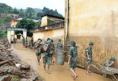 Su doan 316 khan truong giup dan khac phuc hau qua lu quet tai Mu Cang Chai - Anh 3