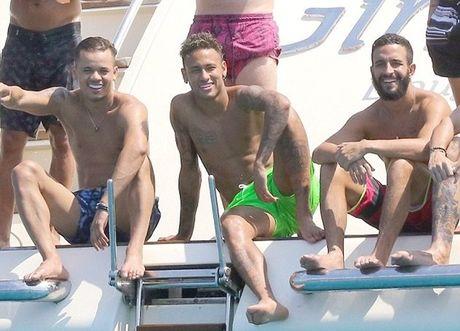 Neymar du hi o Saint Tropez, mung chien cong cua doi nha - Anh 5