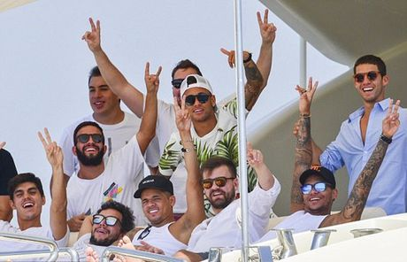 Neymar du hi o Saint Tropez, mung chien cong cua doi nha - Anh 6