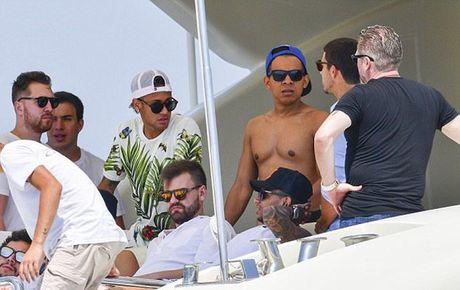 Neymar du hi o Saint Tropez, mung chien cong cua doi nha - Anh 8