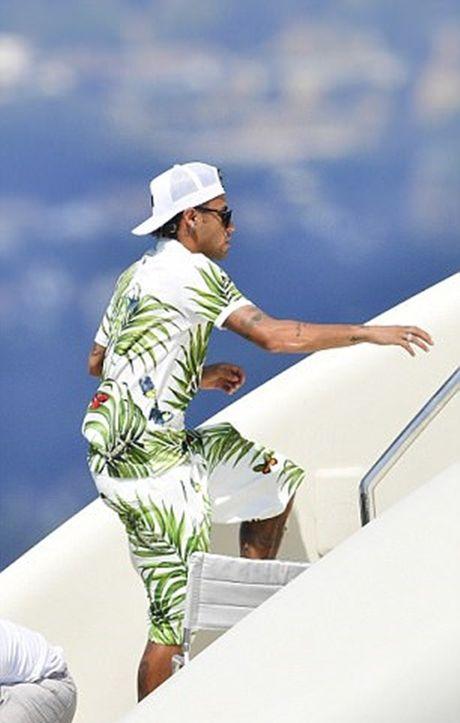 Neymar du hi o Saint Tropez, mung chien cong cua doi nha - Anh 9