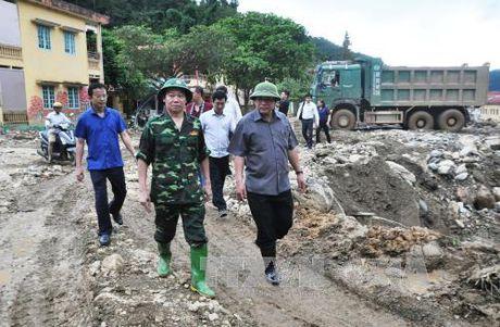 Bo truong Thong tin va Truyen thong tham, tang qua nguoi dan vung lu Mu Cang Chai - Anh 1