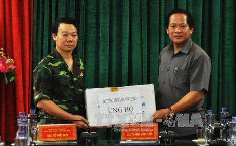 Bo truong Thong tin va Truyen thong tham, tang qua nguoi dan vung lu Mu Cang Chai - Anh 2