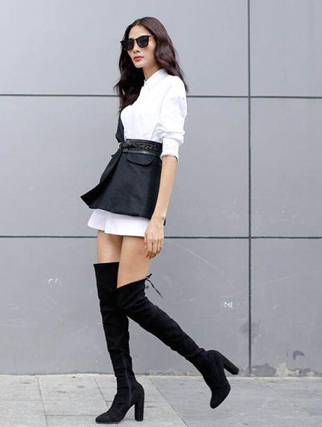 Khong ngo mix chan vay va ao so mi nhu Hoang Thuy lai dep den the nay! - Anh 1
