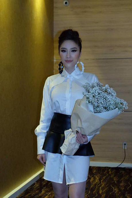 Khong ngo mix chan vay va ao so mi nhu Hoang Thuy lai dep den the nay! - Anh 2