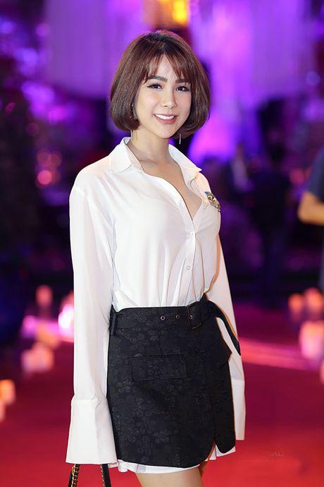 Khong ngo mix chan vay va ao so mi nhu Hoang Thuy lai dep den the nay! - Anh 3