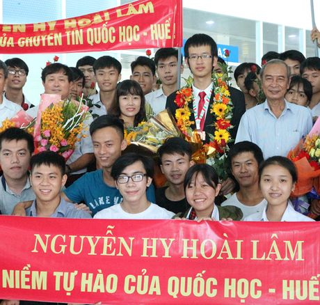 Hoc sinh doat huy chuong vang Olympic giao luu voi tre em ngheo - Anh 1