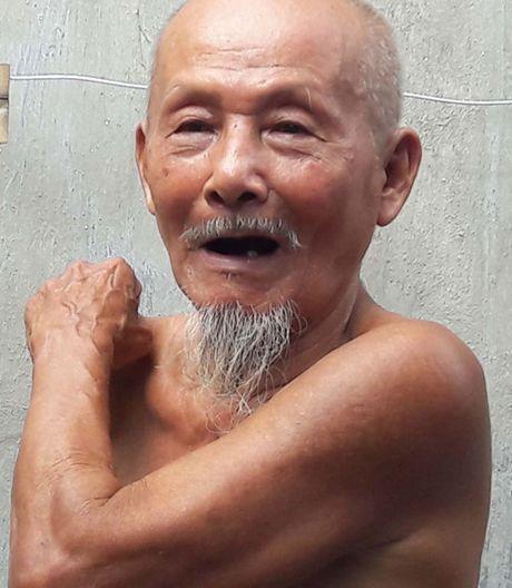 Cu ong 80 'khoe nhu luc si' chat cui, xach nuoc den trai trang phai ghen ty - Anh 3