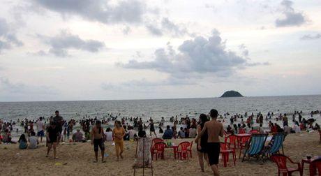Sinh vien vua ra truong bi song cuon xa 10 km khi tam bien Binh Thuan - Anh 1