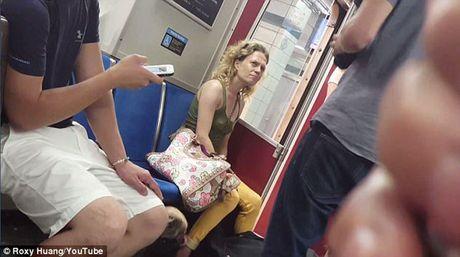 Nguoi phu nu can cho tren tau dien ngam khien dan mang phan no - Anh 3