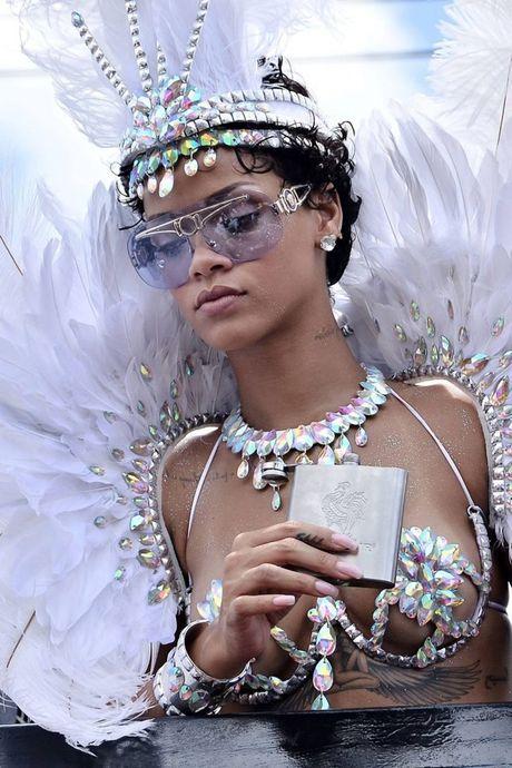 Bong mat voi trang phuc le hoi cuc chat cua ca sy Rihanna - Anh 2