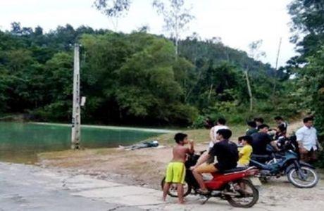 Nguoi chon bien bao giao thong chet bat thuong tren ho nuoc - Anh 1