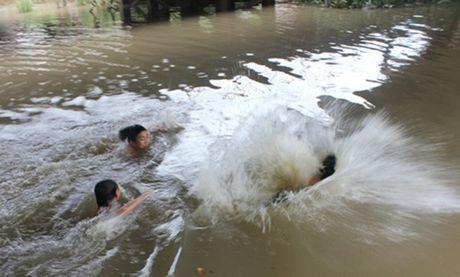 Hai Phong: Bo de bang hoang phat hien 2 con gai sinh doi tu vong duoi muong - Anh 1