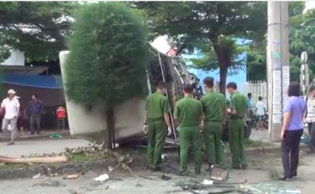 Clip tai nan kinh hoang tai KCN Tan Binh: hai nguoi thuong vong, container bien dang - Anh 4