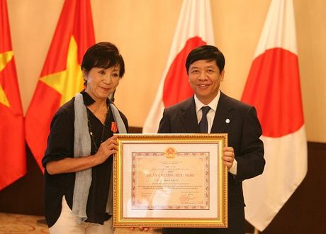 Viet Nam trao Huan chuong huu nghi cho dao dien Masako Sakata - Anh 1